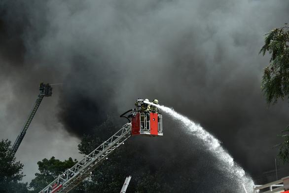 Cháy chợ Việt Nam tại Đức: đã kiểm soát được ngọn lửa - Ảnh 2.