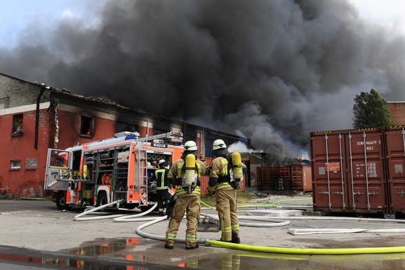 Cháy chợ Việt Nam tại Đức: đã kiểm soát được ngọn lửa - Ảnh 1.