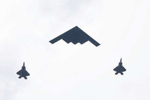 Mỹ phô diễn máy bay tối tân trong lễ độc lập 4-7 - Ảnh 3.