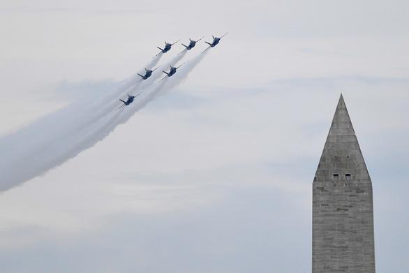 Mỹ phô diễn máy bay tối tân trong lễ độc lập 4-7 - Ảnh 4.