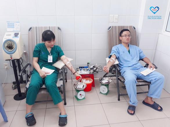 Nhân viên bệnh viện hiến máu cứu bệnh nhân - Ảnh 1.