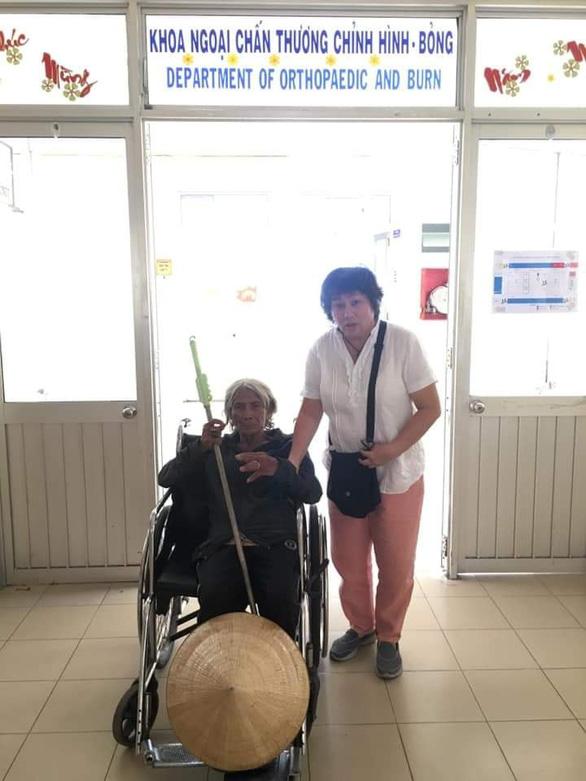Bà cụ 75 tuổi lấy ốc bulông làm nhẫn suýt mất ngón tay - Ảnh 2.