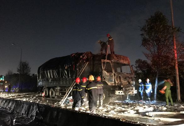 Xe tải bất ngờ bốc cháy dữ dội trong đêm trên đường Võ Chí Công - Ảnh 1.