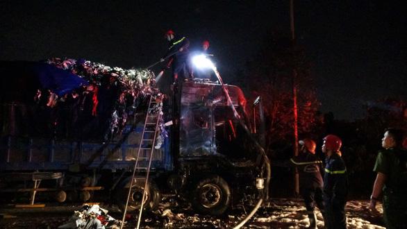 Xe tải bất ngờ bốc cháy dữ dội trong đêm trên đường Võ Chí Công - Ảnh 2.