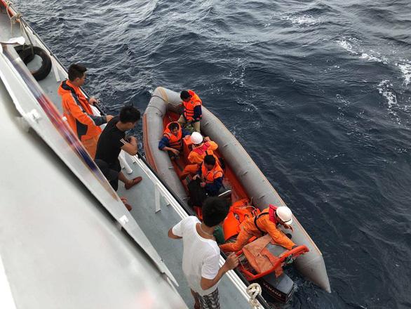 Ngư dân vừa thoát nạn lại theo tàu ra tìm 9 thuyền viên còn mất tích - Ảnh 1.