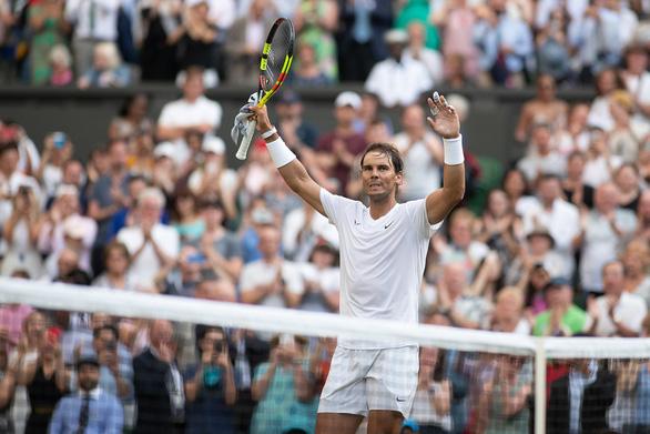 Nadal đi tiếp vào vòng 3 Wimbledon nhờ đối phương 'hờn dỗi' - Ảnh 2.
