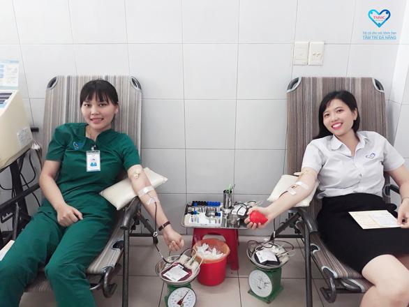 Nhân viên bệnh viện hiến máu cứu bệnh nhân - Ảnh 2.