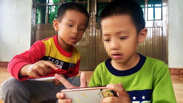 Khi trẻ dán mắt màn hình - Ảnh 1.