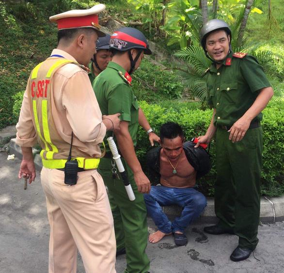 Thanh niên nghi ngáo đá khống chế tài xế container trong hầm Hải Vân - Ảnh 1.