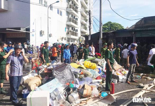 Cháy chợ gần bệnh viện, bác sĩ sơ tán hàng giúp tiểu thương - Ảnh 4.