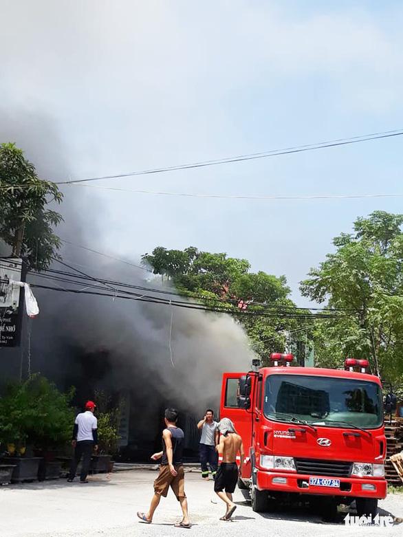 Cháy chợ gần bệnh viện, bác sĩ sơ tán hàng giúp tiểu thương - Ảnh 5.