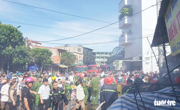 Cháy chợ gần bệnh viện, bác sĩ sơ tán hàng giúp tiểu thương - Ảnh 3.