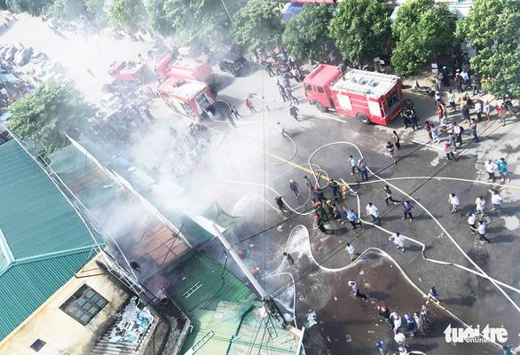 Cháy chợ gần bệnh viện, bác sĩ sơ tán hàng giúp tiểu thương - Ảnh 1.