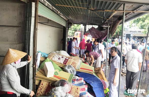 Cháy chợ gần bệnh viện, bác sĩ sơ tán hàng giúp tiểu thương - Ảnh 2.