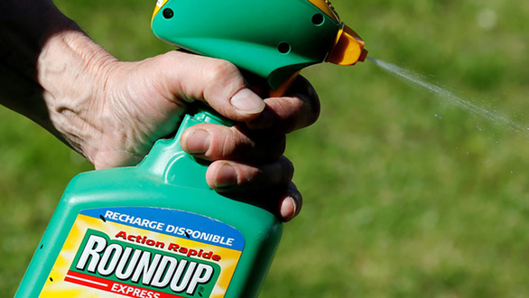 Áo tiên phong cấm thuốc diệt cỏ Roundup - Ảnh 1.