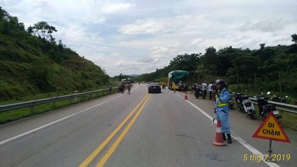 Xe tải đâm xe khách và xe containter trên cao tốc, 3 người bị thương - Ảnh 4.