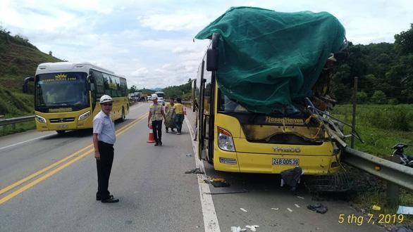 Xe tải đâm xe khách và xe containter trên cao tốc, 3 người bị thương - Ảnh 2.