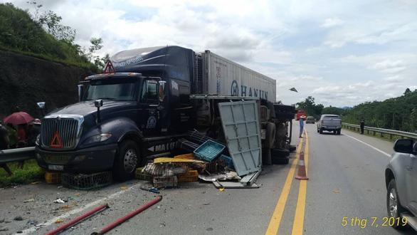 Xe tải đâm xe khách và xe containter trên cao tốc, 3 người bị thương - Ảnh 1.