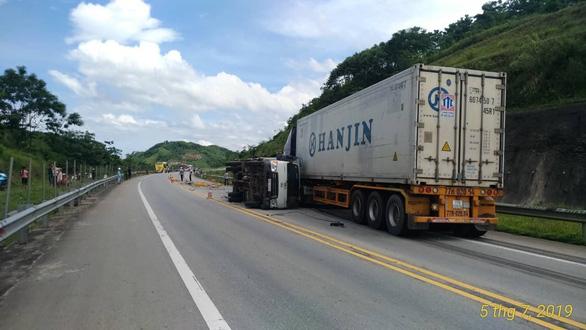 Xe tải đâm xe khách và xe containter trên cao tốc, 3 người bị thương - Ảnh 3.