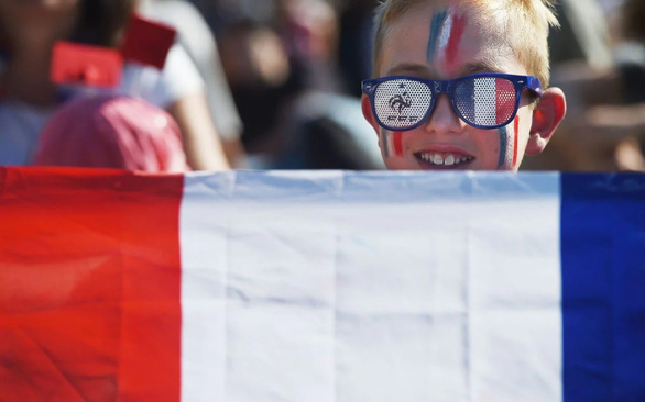Pháp buộc treo cờ Pháp và cờ EU ở các lớp học - Ảnh 1.