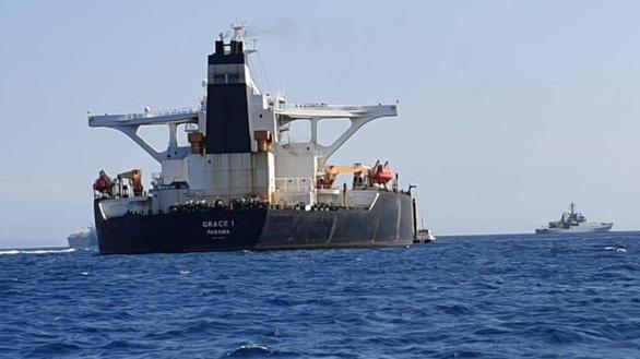 Image result for Tàu của Hải quân Hoàng gia Anh (trái) tuần tra gần tàu chở dầu Grace 1 bị nghi ngờ vi phạm các lệnh trừng phạt của Liên minh châu Âu (EU)