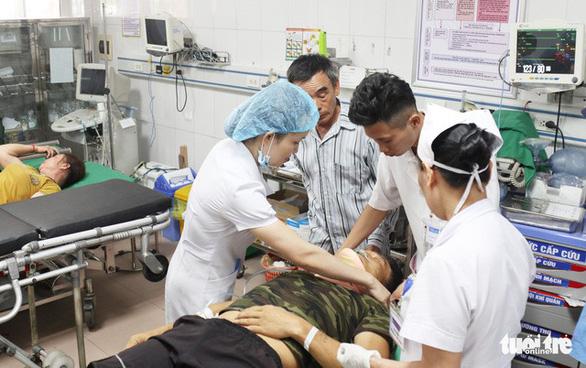 Xe du lịch đâm xe container, 1 người chết, nhiều người nhập viện - Ảnh 3.