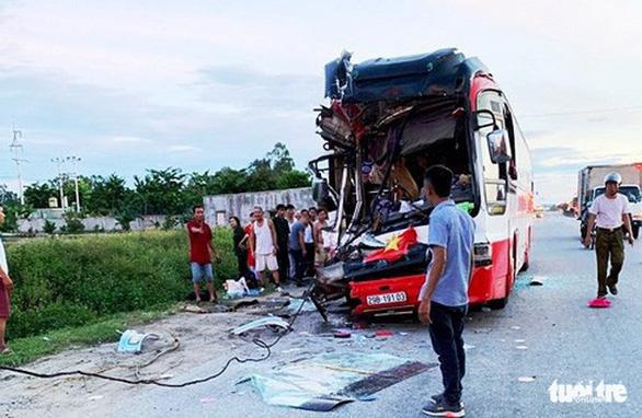 Xe du lịch đâm xe container, 1 người chết, nhiều người nhập viện - Ảnh 1.