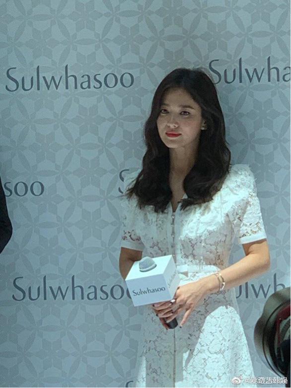 Fan Trung Quốc kéo đến sự kiện Song Hye Kyo xuất hiện sau tin ly hôn - Ảnh 4.