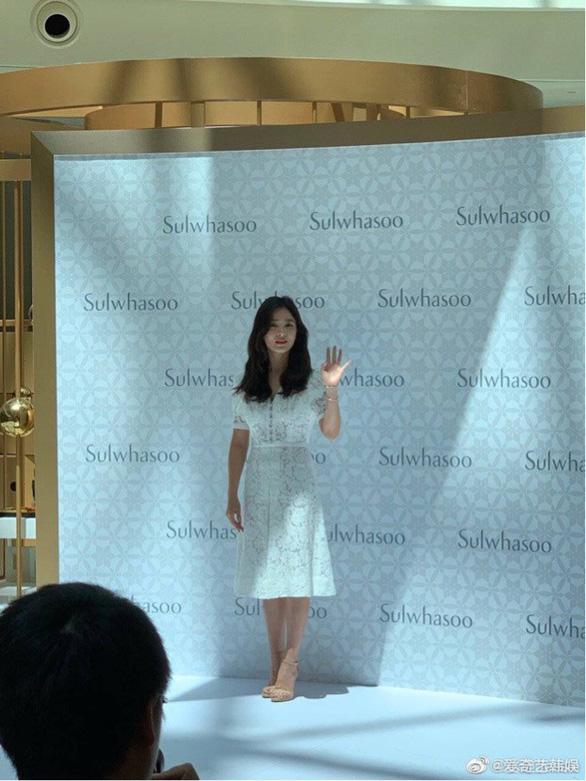 Fan Trung Quốc kéo đến sự kiện Song Hye Kyo xuất hiện sau tin ly hôn - Ảnh 2.