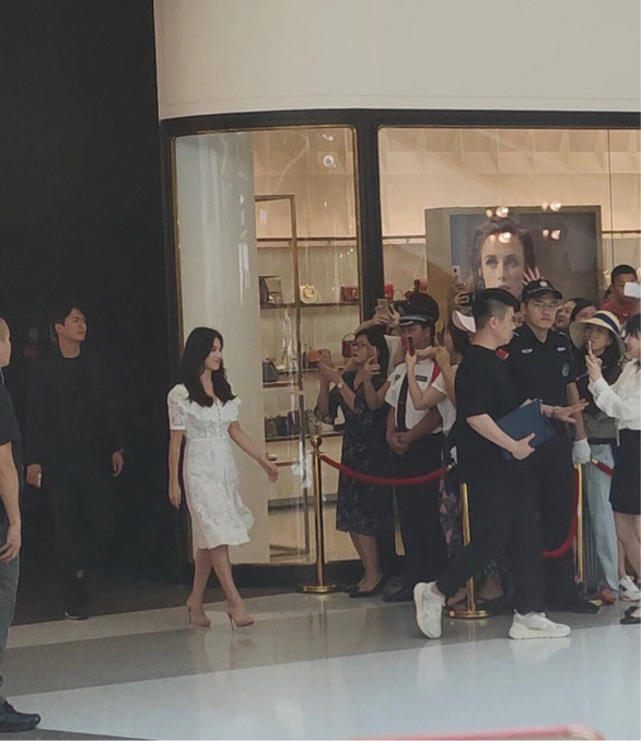 Fan Trung Quốc kéo đến sự kiện Song Hye Kyo xuất hiện sau tin ly hôn - Ảnh 3.