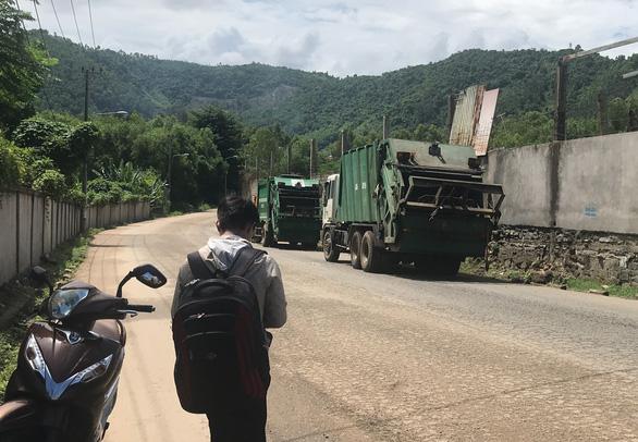 Bãi rác bị chặn, xe rác dọn bãi trên đường đổ rác tạm - Ảnh 2.