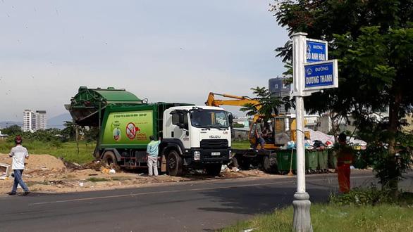 Bãi rác bị chặn, xe rác dọn bãi trên đường đổ rác tạm - Ảnh 1.