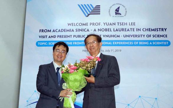 Giáo sư Đài Loan đoạt giải Nobel mặc một áo vest cũ suốt 25 năm - Ảnh 1.