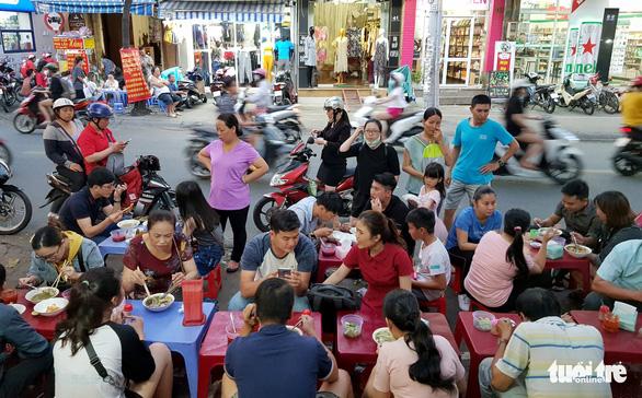 Chiều Sài Gòn nhớ Huế, chạy đi húp tô bánh canh 'Mạ tôi' - Ảnh 5.