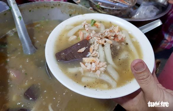 Chiều Sài Gòn nhớ Huế, chạy đi húp tô bánh canh 'Mạ tôi' - Ảnh 3.