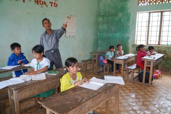 Người thầy 11 năm dạy chữ trên thảo nguyên heo hút - Ảnh 1.