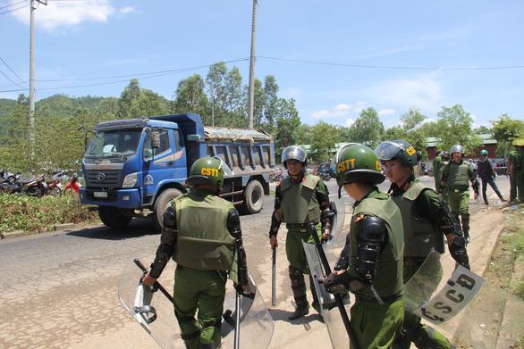 Đà Nẵng: Dân lại chặn đường vào bãi rác, công an phải vào cuộc - Ảnh 1.