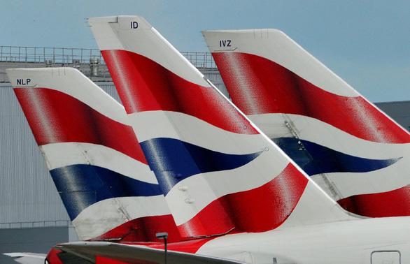 British Airways đình chỉ bay 3 nhân viên khỏa thân chạy khắp khách sạn ở Singapore - Ảnh 1.