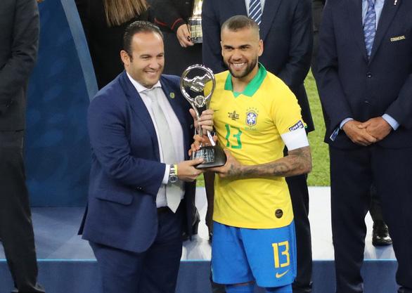 Alves tuổi 36 nhận danh hiệu Cầu thủ hay nhất Copa America 2019 - Ảnh 1.