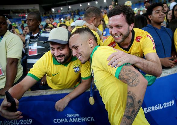 Alves tuổi 36 nhận danh hiệu Cầu thủ hay nhất Copa America 2019 - Ảnh 3.