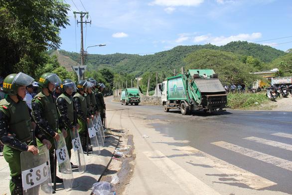 Đà Nẵng: Dân lại chặn đường vào bãi rác, công an phải vào cuộc - Ảnh 4.