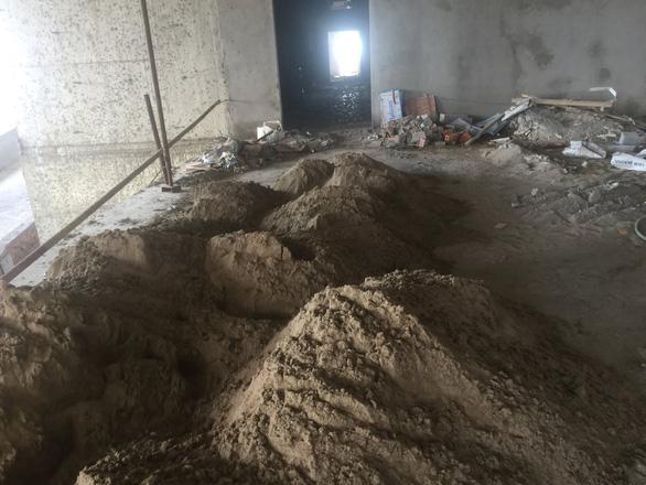Chuyện lạ đời: Nhà chưa trát xong tường đã gửi giấy bàn giao căn hộ - Ảnh 4.