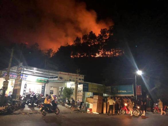 Rừng ở Hà Tĩnh lại cháy đỏ rực trong đêm - Ảnh 3.