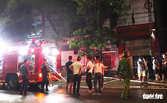 Cháy ảnh viện áo cưới trong đêm, cả khu phố náo loạn - Ảnh 2.
