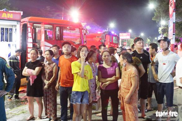 Cháy ảnh viện áo cưới trong đêm, cả khu phố náo loạn - Ảnh 3.