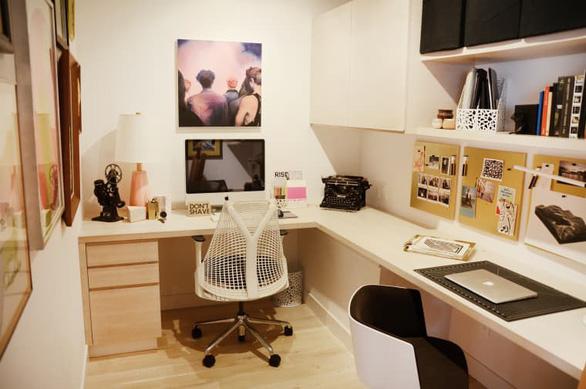 Giải pháp nới rộng phòng làm việc vừa nhỏ vừa không có cửa sổ - Ảnh 2.