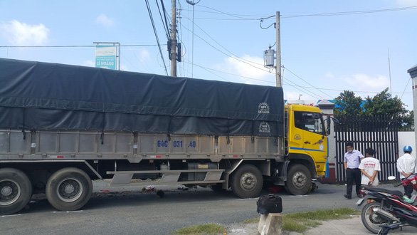Xe tải rẽ vào nhà máy gạo cán chết người đàn ông đi xe máy - Ảnh 1.