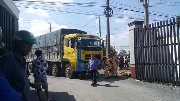 Xe tải rẽ vào nhà máy gạo cán chết người đàn ông đi xe máy - Ảnh 2.