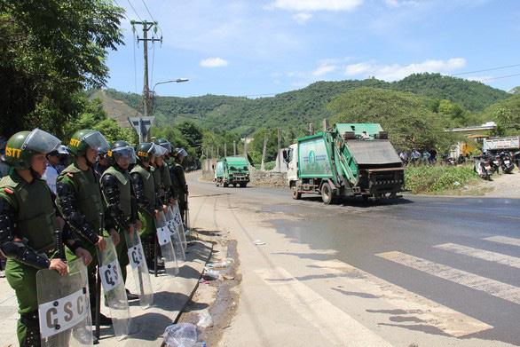 Dân liên tục chặn xe chở rác ở Đà Nẵng: Liều thuốc nào kịp thời? - Ảnh 1.