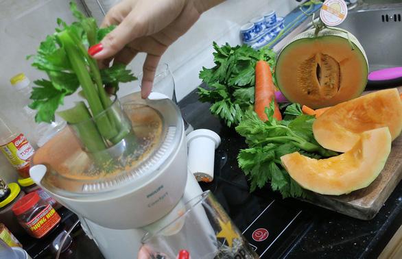 Uống nước ép cần tây giữ dáng như siêu mẫu Kylie Jenner đang rộ, thực hư ra sao? - Ảnh 1.